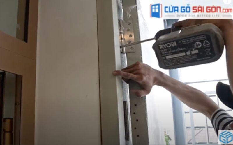 Gắn cánh cửa lên khung bao